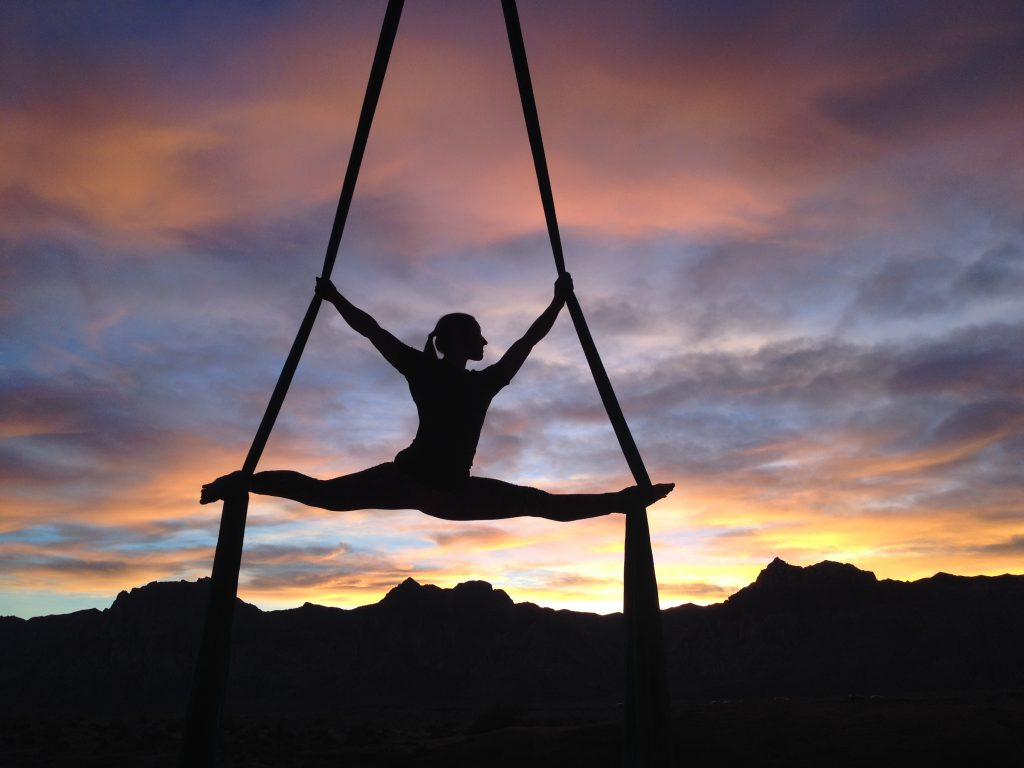 préparateur mental et acrobate sur fond de montagne